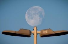 路灯上的月亮