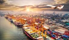 飞机与繁忙的港口景象鸟瞰摄影图