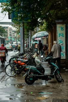人行道上的人与自行车