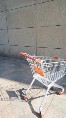 阳光下的购物车摄影