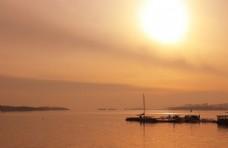 夕阳西下,波光潋滟