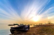 夕阳下破旧的渔船