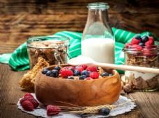 鲜牛奶与燕麦片水果