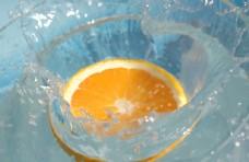 飞溅的橙色柠檬