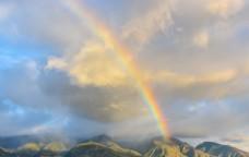 山丘上的彩虹