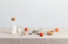 桌子上的牛奶和水果