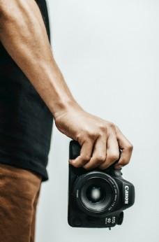 拿相机的人
