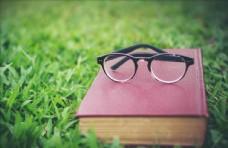 草地书本眼镜