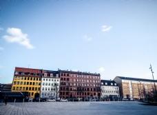 丹麦干净的街道和彩色公寓