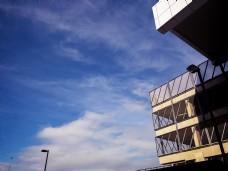 蓝天下的白色建筑城市风光摄影