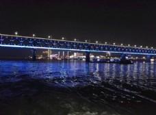 蓝色灯光下武汉长江大桥