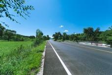 道路与草原的延伸直通蓝天