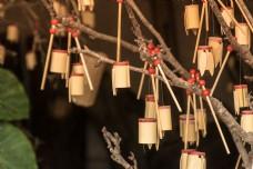 树上悬挂的可爱木桶蝉装饰品