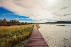 逆光下的湖水与白云风景独特