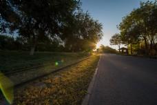 星芒太阳清晨把阳光洒在铁轨上