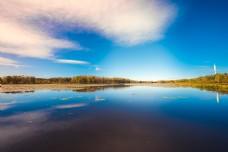 天空与湖水相连碧草树林成边界