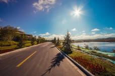湖边的国道通往天边太阳星芒