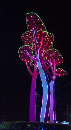 夜晚有灯光的雕塑