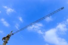 简约塔吊白云蓝天摄影图