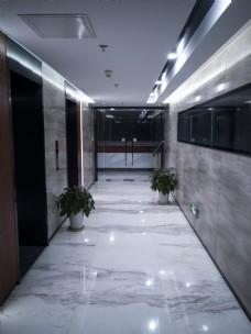 无人的电梯走廊过道