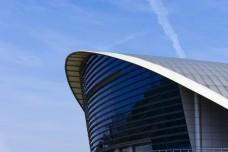 蓝天下的体育馆建筑摄影