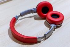 可抠图红色耳机简洁背景