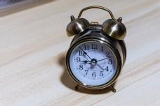 金色闹钟简洁背景方便抠图素材闹钟
